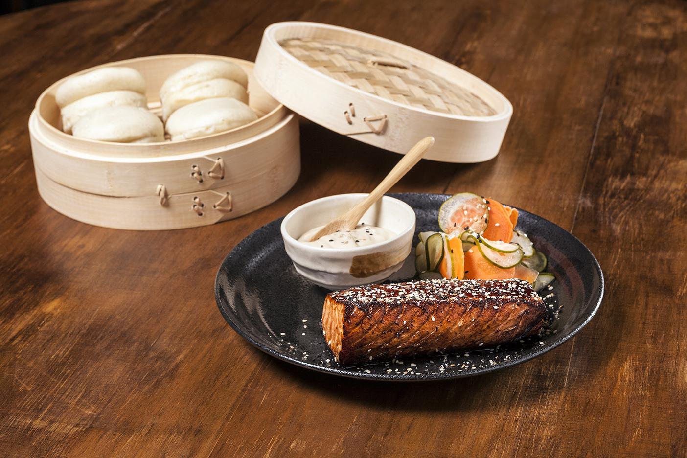 Dado Bao Salmão no tarê com gergelim com picles de pepino e cenoura e molho wasabi.